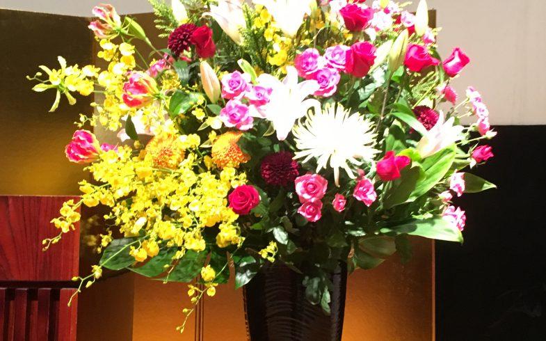 ホールの演台 横の花